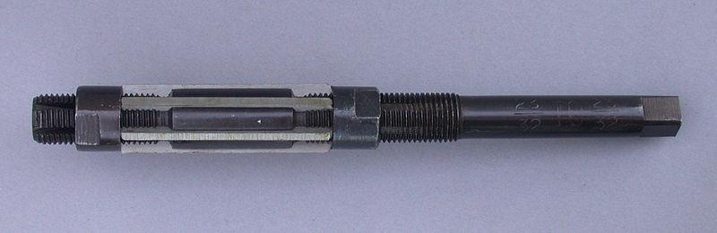 Adjustable hand reamer tool